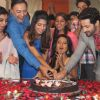 The cast cuts the cake of Main Na Bhoolungi's 100 episode celebration