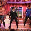 Shah Rukh Khan shaking a leg with fans on Mehendi Lagake Rakhna on Comedy Nights with Kapil