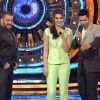 Varun Dhawna and Kriti Sanon Promotes 'Dilwale' on Bigg Boss 9