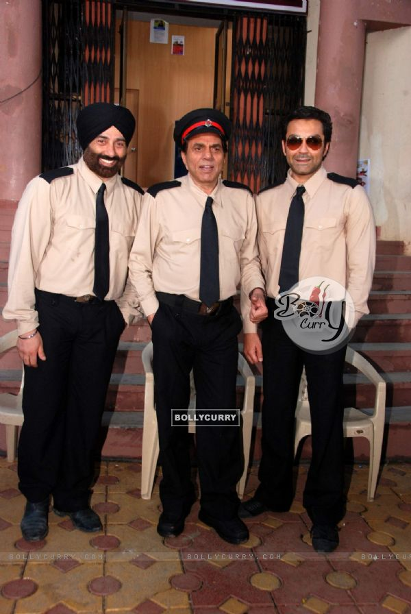 Dharmendra with Sunny and Bobby Deol at Yamla Pagla Deewana film on location at Film City