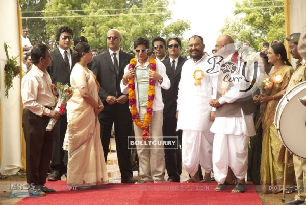 Shahrukh welcomed by the people