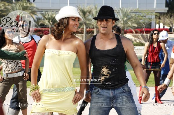 Lara Dutta dancing with Salman Khan