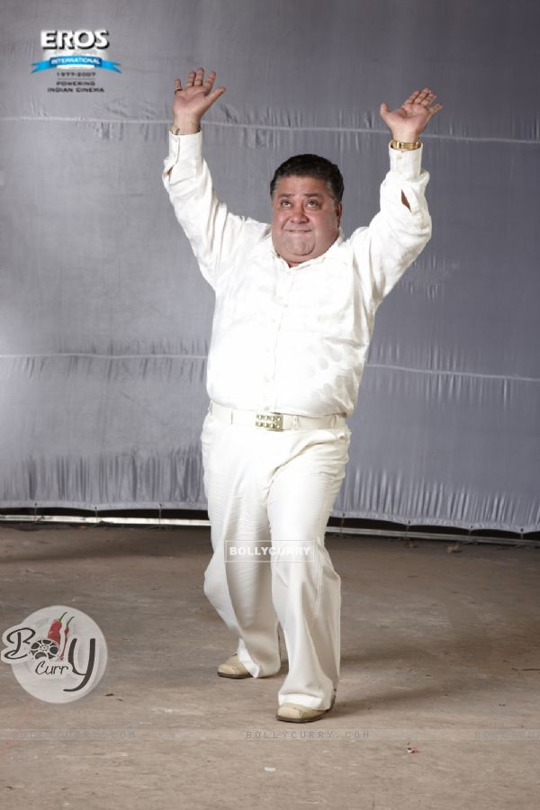 Manoj Pahwa dancing in One Two Three