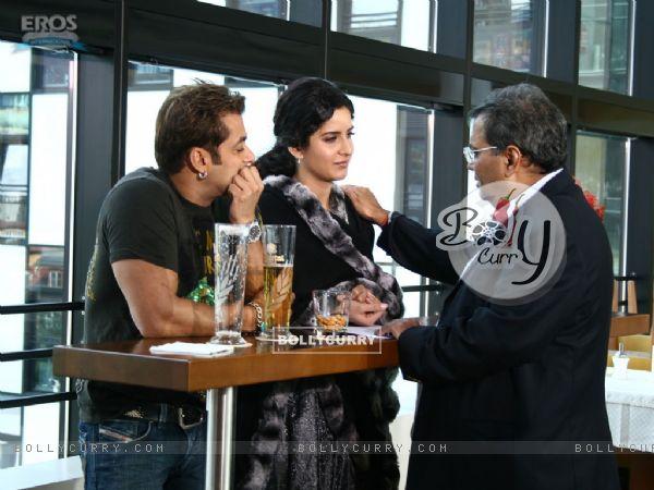 Salman and Katrina listening to Subhash Ghai
