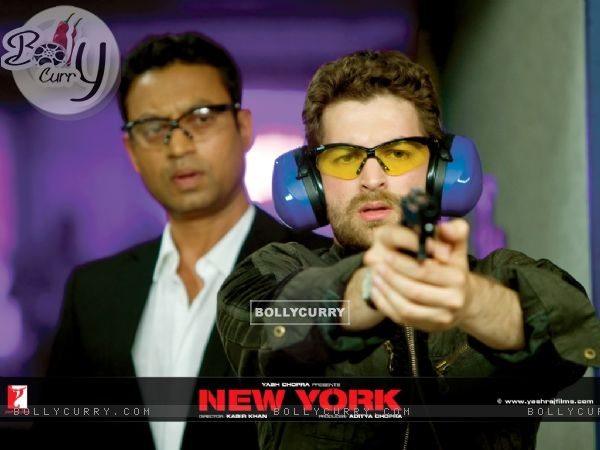 Neil Nitin Mukesh learns firing rifle from Irfan Khan (12371)