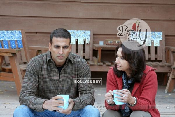 Sharmila talking to Akshay