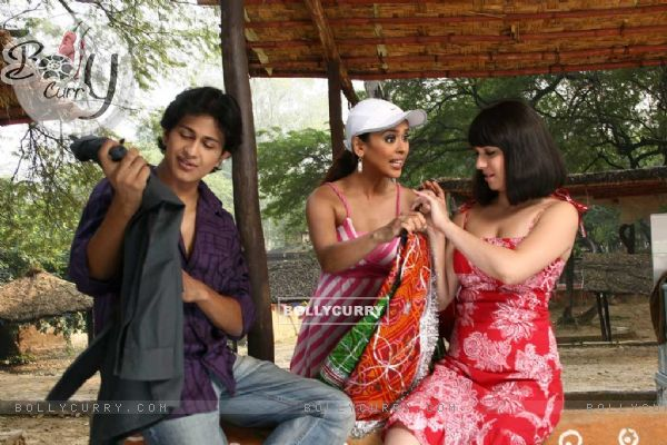 Subhashish, Nauheed and Hrishita in Aasma movie (12556)