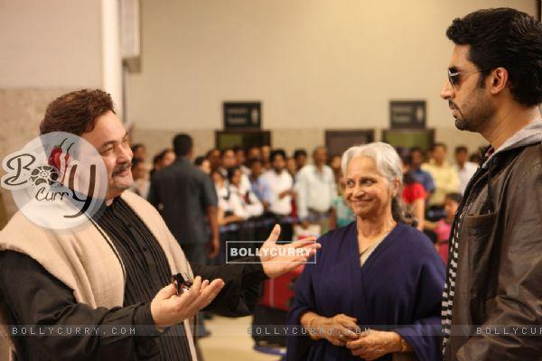 Rishi Kapoor,Waheeda Rahman and Abhishek Bachchan talking to each other