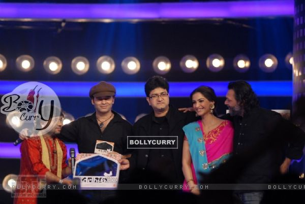 A scene to promote Delhi-6 movie in Indion Idol-4 show