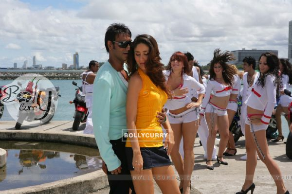 Ajay Devgan and Kareena Kapoor are dancing