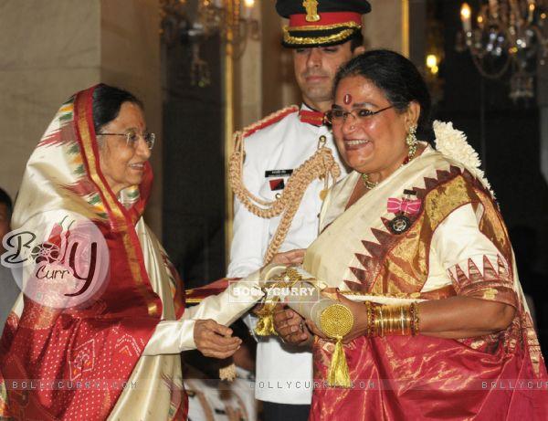 The President, Pratibha Devisingh Patil presenting the Padma Shri Award to Usha Uthup, at an Investiture Ceremony II, at Rashtrapati Bhavan, in New Delhi