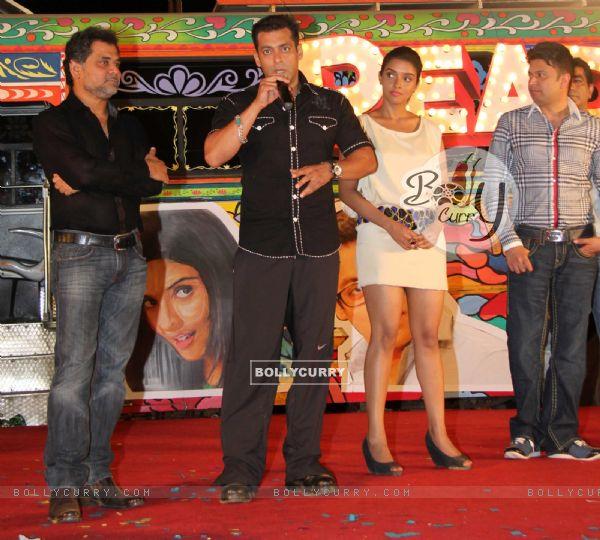 Zarine Khan With Salman Khan And Asin