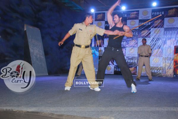 Force film villan Vidyut Jammwal at a live stunt session at Famous, Mahalaxmi (160169)