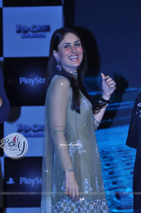 Kareena Kapoor promotes their film Ra.One at Inorbit Mall in Malad, Mumbai (165648)
