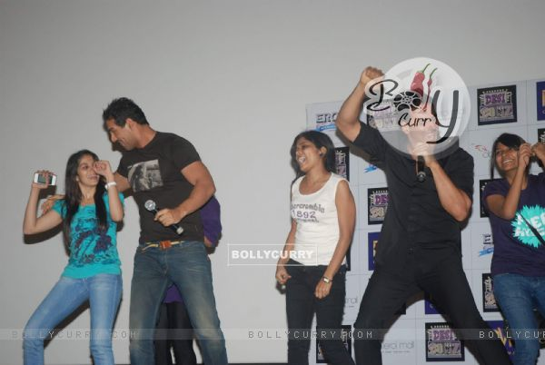 Akshay Kumar and John Abraham Promote Desi Boyz at Oberoi Mall (173019)