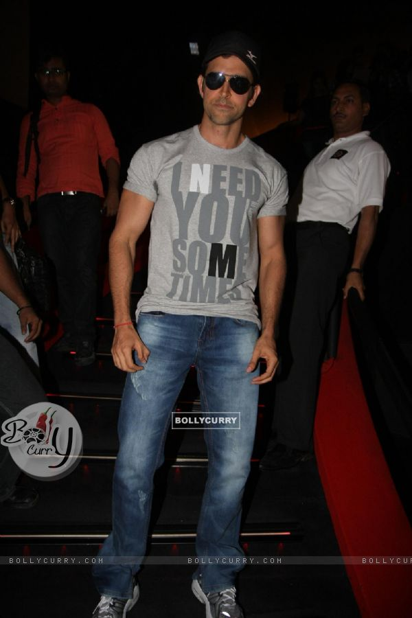Hrithik Roshan gestures during the promo launch of film 'Agneepath' in Mumbai (176082)
