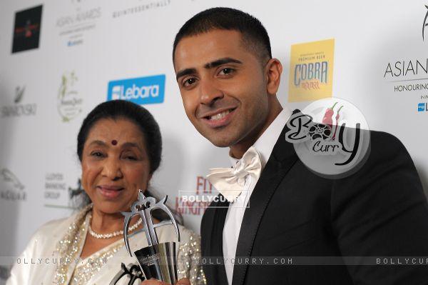 Jay Sean with Asha Bhosle at the asian award 2011