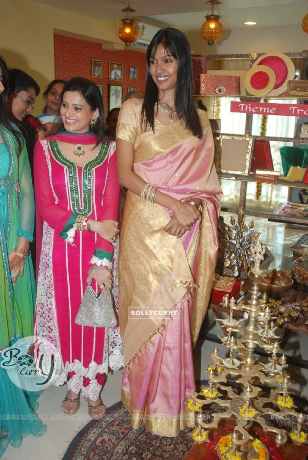 Nethra and Smita Bansal launch Jinal Kenia's wedding shop ...