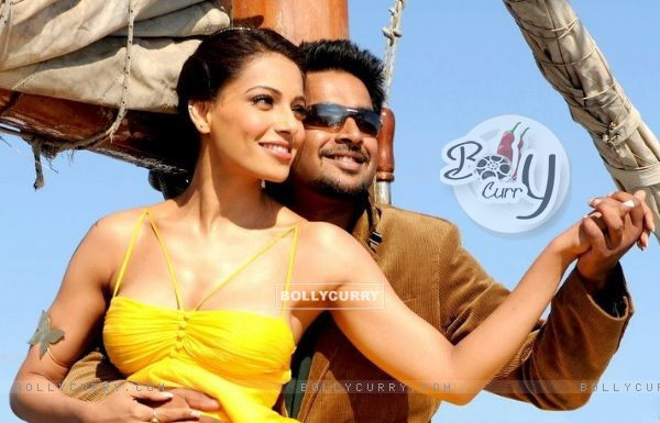 R. Madhavan and Bipasha in the movie Jodi Breakers (178577)