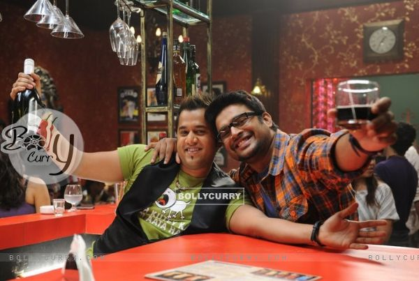 R. Madhavan and Omi Vaidya in the movie Jodi Breakers