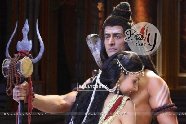 Mohit Raina aka Shiv and Mouni Roy aka Sati Still image from Devon ke dev.Mahadev.