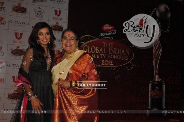 Shreya Ghoshal and Usha Uthup at Global Indian Film & TV Honours Awards 2012