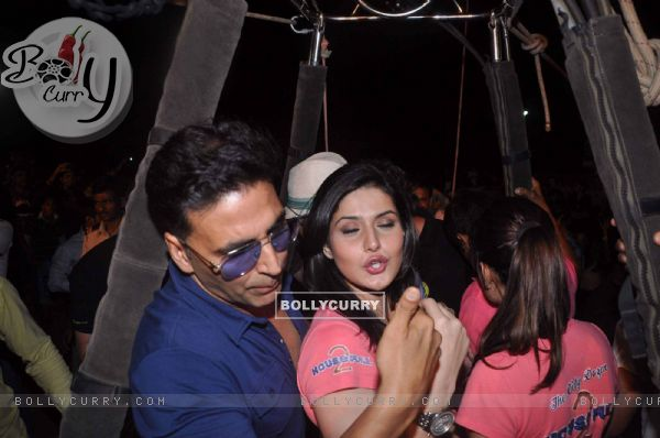Akshay Kumar and Zarine Khan at air balloon music promotion of Housefull 2 (191524)