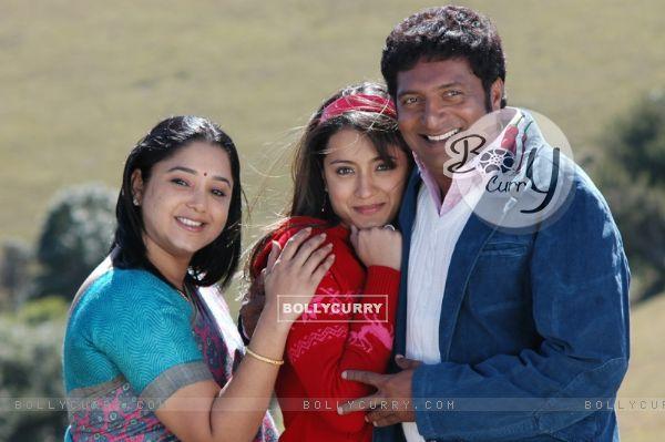 Aishwarya with Trisha and Prakash Raj during the movie Abhiyum Naanum.