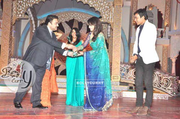 Ankita Lokhande, Ekta Kapoor, Anurag Sharma Receiving Gr8 Ensemble Cast Award For Pavitra Rishta At Indian Television Awards