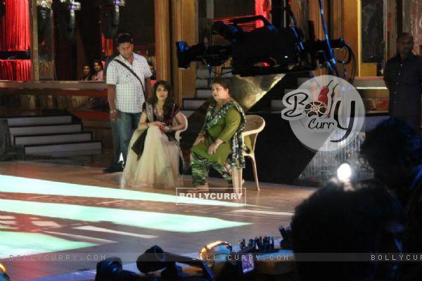 Madhuri & Saroj Khan preparing for the act