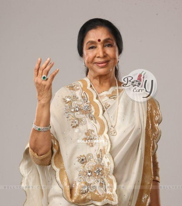Asha Bhosle on the set of Indian Idol 6
