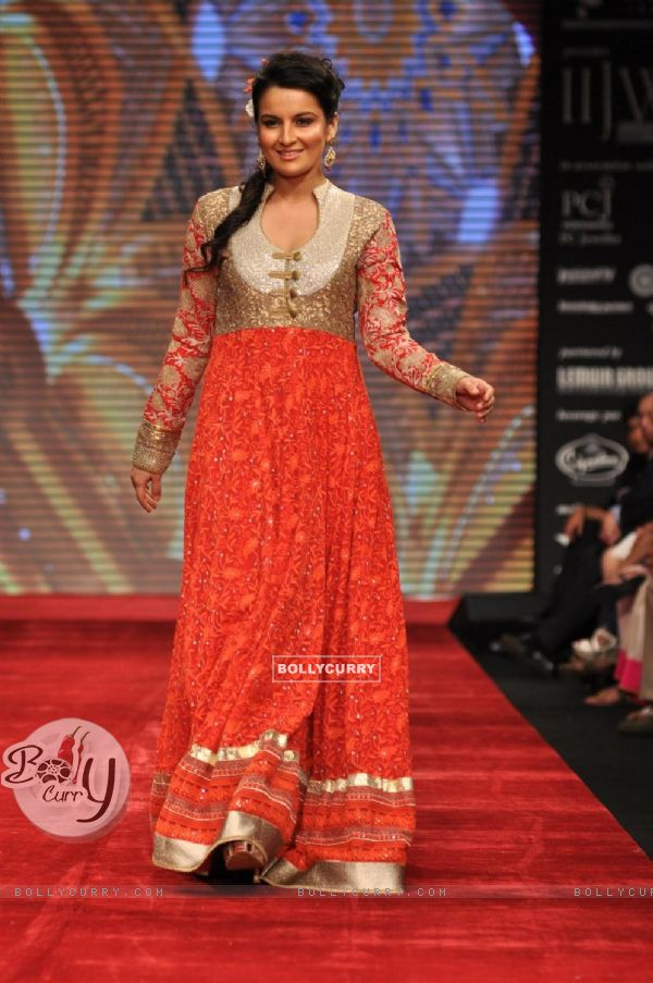 Priyanka Bassi on ramp at the Beti show by Vikram Phadnis at IIJW 2012