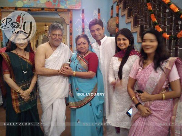Ruchi Savarn, Vikram Gokhale and Smita Jaykar in Ghar Aaja Pardesi