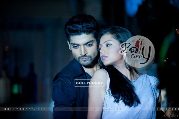 Drashti Dhami and Gurmeet Chaudhary as Geet and Maan in Geet Hui Sabse Parayi