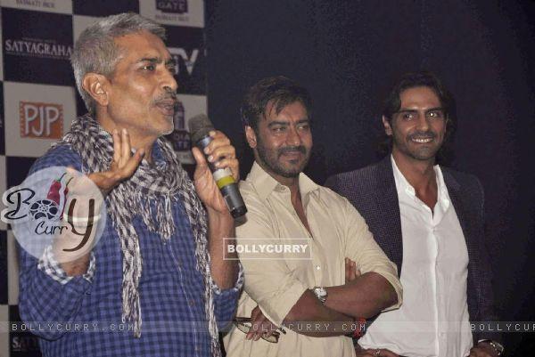 Prakash Jha, Ajay Devgn and Arjun Rampal at Satyagraha movie team during the promotion (293262)