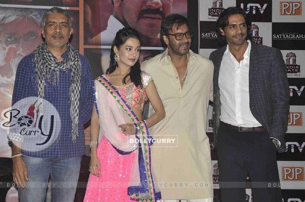 Prakash Jaha, Amrita, Ajay and Arjun Rampal at Satyagraha movie team during the promotion (293263)