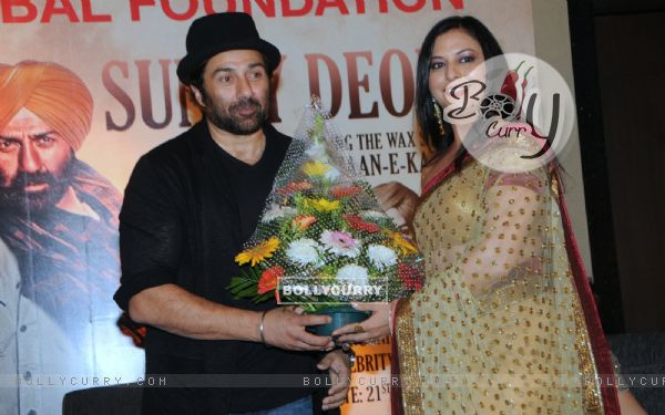 Sunny Deol felicitated at the event (304190)