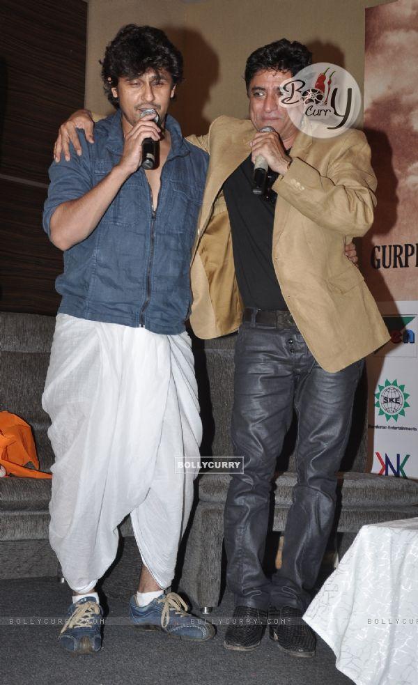 Sonu Nigam and Anand Raj Anand perform at the event (304192)