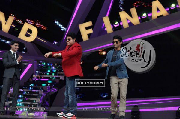 Sajid Khan and Farhan Akhtar perform on Grand finale of Nach Baliye 6