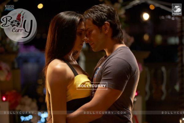 Saif and Deepika romantic scene in Love Aaj Kal movie