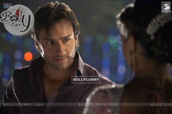 Saif Ali Khan talking to Deepika (31360)