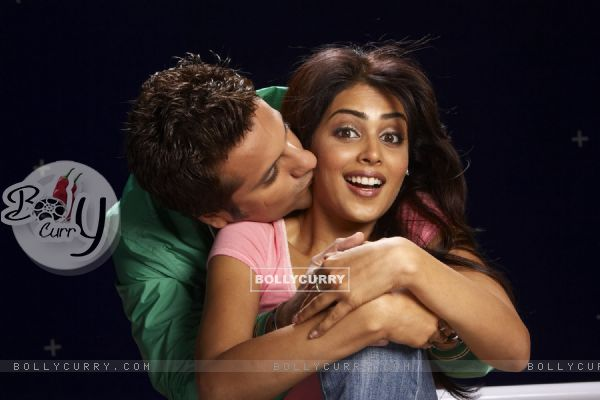 Fardeen Khan kissing Genelia Dsouza in Life Partner