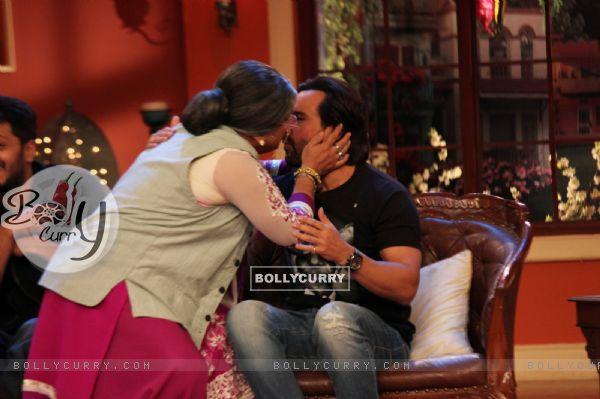 Dadi gives a shagun ki pappi to Saif on Comedy Nights with Kapil