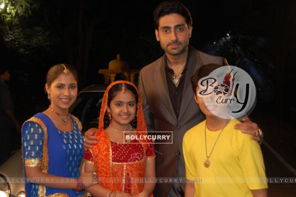 Anandi, Jagdish and Sugna with Abhishek Bachchan in the show Balika Vadhu