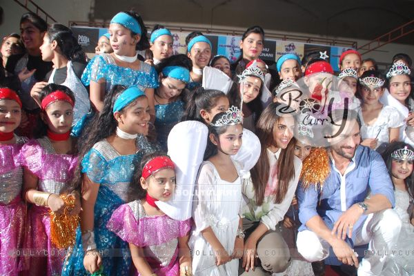 Promotion of Humshakals at a city school