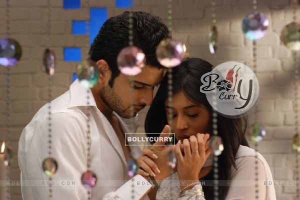 Lovable scene of Arjun and Arohi in Kitani Mohabbat Hai