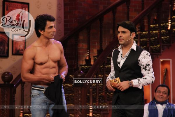 Sonu Sood shows off his 6 pack abs at the Promotion of Entertainment on Comedy Nights with Kapil (331035)
