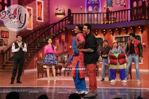 Akshay Kumar was seen dancing with Gutthi on Comedy Nights with Kapil (331037)