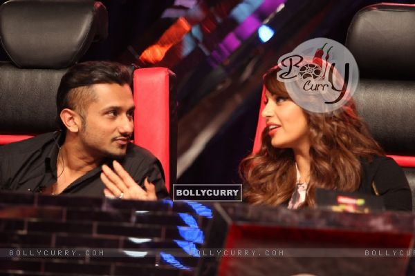 Bipasha Basu snapped talking with Honey Singh on India's Raw Star
