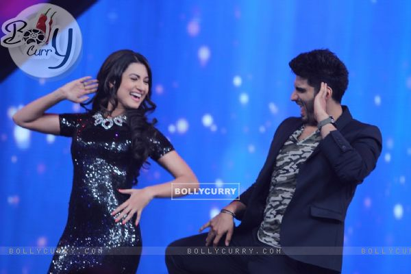 Arjun Kapoor performs with Gauahar Khan at the Promotions of Finding Fanny on India's Raw Star